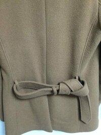 メンズのトレンチコートの背中のベルトの結び方これで変ではないですか?
