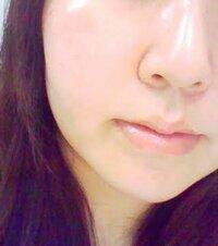 18歳女子です。写真のようなこんなスッピン肌を目指してます。 が、私には頬にポツポツとシミがあります。 小鼻には赤み、鼻に毛穴もあります。今まで、美白化粧水(ちふれ)やメラノC、炭酸洗顔、最終的にはハイドロキノンまで使いました。 ハイドロキノンは毛穴が詰まったせいなのかニキビが出来てしまい使用を中止しました。  今は、いつかの石鹸→ブースター→ハトムギ化粧水→セラコラ(セラミドとコラーゲンが...