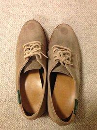シール跡を取る方法について。 海外リサイクル店で購入した靴です。 ご覧の通り、つま先、スウェード素材にシール跡があり、取れません。時間がかなり経っています。完全に取れずとも、目立たなくする何か良い方法はありますか?
