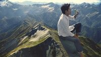 淡麗グリーンラベルのCMで発泡酒を飲んでいるのは本物の山頂ですか? どこの山なのか教えてください。 それとも、CGですか?