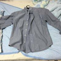 このグレーのシャツはどのようにコーデーすればいいでしょうか? 相性のいいアウターや靴やボトムズの色など教えてください。 【手持ちのボトムズ】 【靴】 濃紺デニム グレーやブラックやネイビーやホワイトの...