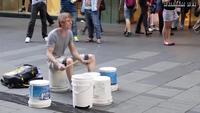 最近、YouTubeでストリートドラムの動画をみました。バケツのようなものの裏を叩いてただけですが、思ったよりかっこよい音がでました。 そこで質問なのですかが、あのバケツのような容器はどこで入手できるのか...