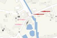 このような道路で赤←側がピンク→側より優先になっている場合はあるのですか? 赤←側にもピンク→側にも止まれ標識も停止線(消えているだけかもしれないが)のみのどちらもありません。優先されるなら正確には、優先以前に道なりって事になるのでしょうが。