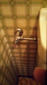 ウォシュレットの取り付けに関して 我が家は写真のようなトイレの吸水管配置です。 ウォシュレットを付けたいのですが、分岐金具が中途半端になり 取り付けられるのか分かりません。 方法があったら教えて下さ...