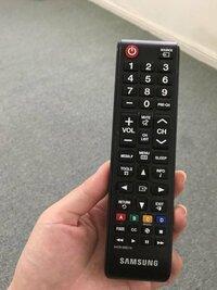 アメリカのテレビリモコンについて教えてください。 このリモコンで、日本でいう「入力切替」ボタンはどこなのでしょうか?iPhoneをテレビに接続して、出力しようと思ったのですが、入力切替ボタンがわかりません。