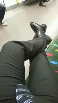 電車の椅子で足上げてるけど凄い?