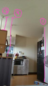 ディアウォールで間仕切りにカーテンや棚を取り付けたいのですが、柱の立てる位置で悩んでおります。 一番には立てるのが決まってるのですが、二番か三番どちらに立てようか迷っております。  二番は食器棚の上~天井まで(約60cm)、三番は水のサーバーを少しずらして床から天井まで(約240cm)です。  一番と、二番か三番で立てた2本の間に棚やらカーテンなど取り付けたいのですが、二番だと短いので重さと...