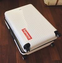 質問です。 画像のように旅行のスーツケースに一枚だけシンプルにステッカーを貼るのはおかしくないでしょうか? これ以上貼るつもりはないです。(行った先の国のステッカーとかは一切貼らな い) supreme シュプリーム