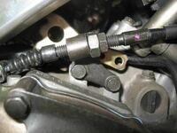 エンジン側のクラッチワイヤーの調節がしたいのですが。 ロックナットとアジャストネジは下の写真のようにつけるものなのですか? ワイヤーのガイドを挟んでつけないと意味なくないですか?