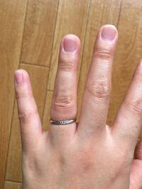 結婚指輪のサイズについて。 結婚指輪が仕上がったとのことで、昨日旦那さんと取りに行きました。  写真の通り、私は恥ずかしいながら指が太いです。  指輪を買ったところの店員さんは、すぐ取れたりしないよう少しキツめがいいとのことで サイズを測る時にちゃんとはめた感じをみてくれて 12.5がいいとのことで12.5号にしました。  指輪を持って帰ってはめてみたところ、写真の状態です。 お肉は食い込ん...