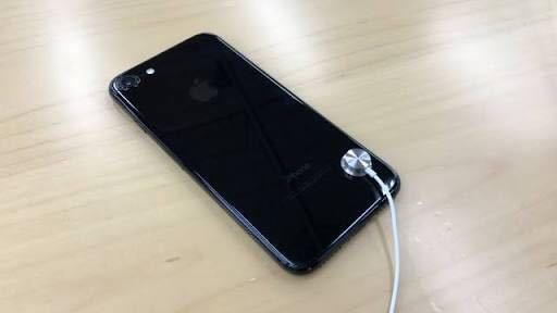 iPhone7ってイヤホンジャックがなくなったらしいですがこの右下についてるのは何ですか?
