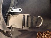 リュックの中のポケットに付いてる画像の紐は何に使用するのでしょうか?