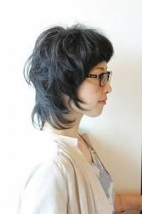 結婚式のヘアアレンジについてアドバイスお願いします。 11月頭に友人の結婚式に出席します。28歳女です。 私は今画像のような髪型で長さは鎖骨より3センチほど長いくらいです。 トップから かなり段があり、すいていて量も少ないです。 このような髪型でどのようなヘアセットが出来るでしょうか。 ドレスはモスグリーンです。