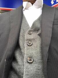 結婚式・披露宴に参列するスーツ姿に寒い場合はベストを着用するのは失礼ですか? 黒スーツにグレーの綿ベストです。