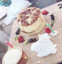 このパンケーキ、何キロカロリーくらいだと思いますか? パンケーキ自体は直径10~12cm×2枚で上にキャラメルシロップとナッツがかかってます。 手前のカップはバニラアイス、その隣がホイップクリームです。