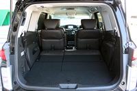 エルグランドE52系前期にお乗りの方に質問です。 添付画像のように三列目を畳んで荷室を最大限に広げた場合 セカンドシートは運転席と助手席の間の足のスペースは皆無(ベタ付け)の 状態なのでしょうか?それ...