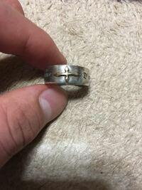 至急なのですが、この指輪のブランドの名前を調べています、わかる方、よろしくお願いします。