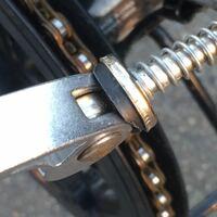折りたたみ自転車の連結するレバーのゴムが劣化してきたのですがこのゴムだけ交換してもらう事って街の自転車屋さんでできますか?また凡用のゴムが売っていて自分で交換する事は難しいでしょうか?