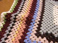 画像の様なかぎ針編みの コタツカバーを作ってみたいのですが、 初心者でも作れますか? ちなみになんてゆう名称の 編み方になりますか?  本当に基本的なかぎ針の編み方しか わからない上に数年ぶりに かぎ針を...