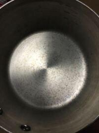 ステンレス鍋の内側の汚れを落とすのに良い方法を教えてください! 無印良品のステンレス鍋なのですが、洗っても乾くと写真のような汚れが浮き出てきます。 重曹を使えばいいのでしょうか? よろしければ知恵をお貸し下さい!