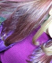 こんにちは。  髪色をピンク系からアッシュにすると何色になる?アッシュに染まる?   私は四月から就活を始める短大生です。   もうすぐ黒髪にしなくちゃいけないのですが最後に髪をア ッシュにしようとしているものです。  現在の髪色が年始に紫をがっつりいれて写真のようにピンク色が残っているのですがここからアッシュを入れた場合、どんな髪色になりますか?市販のもので染めようと思っ...