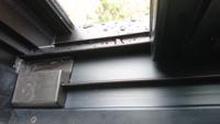 雨が降ったあと、 サッシに水がたまります。 両開きの窓の、外側窓サッシの 左下プラスチック部分です。 窓を開けたときたまっています。 外のサッシに水がたまるのは当然だと思いますが、内側まで水がくるのでしょうか? わかりにくいので、写真を添付します。 垂直の壁で ひさしがないため、直接窓に水がかかるので これくらいは普通なのでしょうか? 文章わかり難くてすいません。 以前雨漏りしたことがあるの...