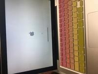 MacBook Proを使ってます。 昨日電源を入れたら真っ黒の画面になり、強制終了を3回程したら、画面が出てきたのですが、この画面の後電源が落ちてしまいます。 直し方がわかる方教えてください 。
