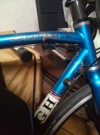 先日ロードバイクのフレームが歪みました。原因は電柱に衝突したからです。自転車はラレーのクロモリフレームの鉄製です。八段変速です。 前輪よりのところが上にポコっと上がっています。あと 下のフレームも塗装が剥がれシワができているような感じです。この場合自転車屋に持っていっても修理してくれますか?