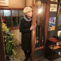 東京タラレバ娘の金髪の坂口健太郎ってパーマかけてますか? 美容院でどんな髪型と言えばこんな風になりますか?、前髪が少しクルッとなってる気がするのですが
