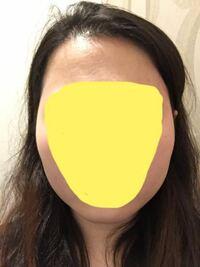 (写真あり) 私は写真のように頬骨が横に出ています。顔も大きいのですごくコンプレックスなんですが、頬骨が出てるのを解消する方法や 似合う前髪なと教えてもらえると嬉しいです。  あと、これって丸顔ですか??自分の顔の形がイマイチわかりません
