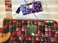アタオの財布を通販で購入しました。 広告の色鮮やかさとの落差に驚いたのですが、一般的に見て、この色の差は普通、許容範囲ですか? 率直な印象をお聞かせください。