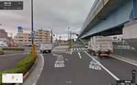 """この交差点で左折する場合、前方の信号に関係なく進んでも良いのでしょうか? 練馬中央陸橋の交差点(東京都練馬区貫井4丁目)で 環八通りから目白通りに入るために左折する際、""""前方の信号に従えばいいのだろう""""と思い停止線で止まっていると後ろからクラクションを鳴らされました。 あ、ここは左折可なのかなと思ったのですが、標識は一方通行でした。 """"少し前方の歩道の際にある黄色い二つライトがある信号..."""