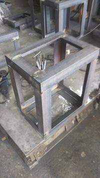 初めまして。 板金溶接で、アングルで写真の様な架台を作る仕事に就きましたが、どうしてもねじれができてしまいます。 作る手順としては、上下の四方枠を作ります。 その際、タンバックルを使って、対角の寸法...