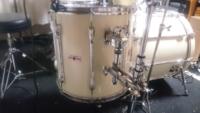 ドラムのフロアタムについての質問です! 私のドラムセット(YD9000RC)の フロアタムにはタムホルダーが付いているのですが、レッグブラケットが付いていません。  特に大きな問題はないのですが、セッティング...