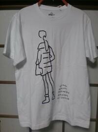 20代男です。このT シャツを購入したの ですが、女性とのデートの時に着ても問題 ないでしょうか?相手は年上女性です。