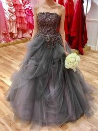 ドレス色当てクイズについて  結婚式の演出でドレスの色当てクイズをする予定です。 ただ、カラードレスの色味が微妙なところで少し悩んでいます。 添付させて頂いた写真のブルーグレーかか った色味のチュー...