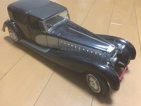 祖父の遺品を整理していたら車の模型が見つかりました。 かなり古い車の模型のようですが、内装や、ボンネットの中まで作りこまれています。 この車の車種と値段がわかる方いたら教え欲しいで す