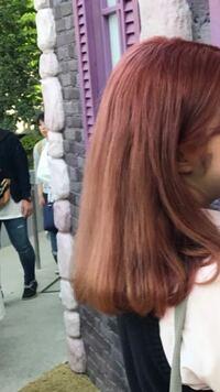 エンシェールズのカラートリートメント?カラーバター?について質問です。詳しい方、是非回答お願いします。 いま1枚目に添付している髪色です。 気分で暗くしたくなり、たまたまココナッツブラウンという暗い茶色を所持していたのでそれで染めようと思うのですが、しっかり(9割ほど抜けてくれれば大丈夫です)色は抜けてくれるのでしょうか?  その後すぐに明るくしたいので暗いままだと困るので…  回答お待ちし...