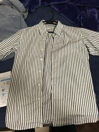 アイロンがけ。 一人暮らしの男子大学生です。 シャツをアイロンがけしようと考えてるのですが、なにせよ初めての体験なのでわかりません。  画像のシャツはどのモードでアイロンがけすれば良いのでしょうか?  シャツの素材は綿100%です。タグには、  当て布を使用してください。濃色は色落ちすることがありますので、他のものとのお洗濯は避けてください。 生成り、淡色には蛍光増白剤の入っていない洗剤をご...