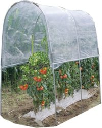 トマトの雨よけビニールハウスは収穫時まで水やり不要ですか? 画像のようなトマトの雨よけビニールハウスを購入しました。※露地栽培です。  雨よけ無しでも、ミニトマトなら収穫前半は実割れがなく、収穫できますが、 夏期に強雨が続くと実割れするようになります。  (1)中玉トマトを含め、土が乾燥しても定植時以外は一切、水やり不要ですか? ※構造上、横なぐりの雨が降ると、根元に水やりした事...