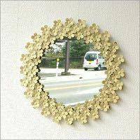 風水についてです。 丸い鏡を玄関に置こうとしていますが、 丸い鏡の周りに白い花がかざっているものは 風水的にはどうでしょうか??
