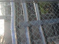 電気や鉄道に詳しい方教えてください!  近所の京浜東北線の線路沿いには「高圧危険」の表示がフェンスにあって写真のような太いケーブルや、電気設備がいくつも設置してあります。  このケ ーブルには触った...
