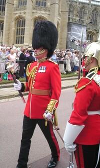 イギリス近衛兵の黒い毛の帽子の背の高いのには理由があるのでしょうか?