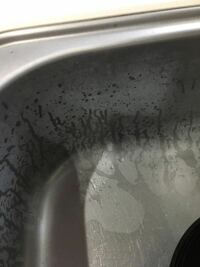 乾くとキッチンのシンクが白くなる!! 濡れてると綺麗に見えるんですが乾くとこのように汚く白くなってしまってます(´-`) クエン酸でラップしたりオキシクリーンで一晩漬けたりハイホームで磨いたりしたのです...