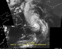 列島に猛烈な威力を示し続ける長寿台風・・・との話題。  先程の15時30分頃、強い台風5号は和歌山県の北部に上陸し、近畿・東海・四国・関東甲信地方では局地的に猛烈な雨が降り続き、大 雨となっている状況です。 各地では土砂災害や河川の急な増水・暴風等に厳重に警戒し、早めの備えや非難等の対策が行動として必要となっている模様です。  発表では、この台風5号の中心の気圧は975hPa、中心...