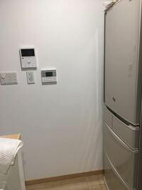 コンセントやリモコン位置。 対面キッチン(IH前に壁あり)でキッチン横の壁にスイッチやモニターホンがあります。 今はもらった冷蔵庫を置いててドアの向きが使いにくい(キッチン側に開けたドアがくる)のです...