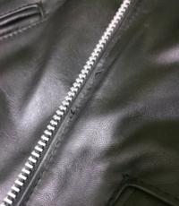 洋服の縫製 直しについて教えてください。 ライダース ショット 613us ワンスターを購入しました。 フロントジッパー横の縫い目に、糸のホツレみたいのがありました。 画像を見てください。  これ位は普通なのでしょうか? それとも返品対象でしょうか?  詳しい方、宜しくお願い致します。
