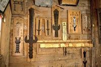 花巻周辺の神社の壁に西洋風の剣の壁掛けのようなものをよく見かけます。 岩手県立図書館で調べてもらったのですが、一体それが何なのかという記述がある資料が見つかりませんでした。 なにか 剣の壁掛けについて知っている方がいたら教えて頂きたいです。 よろしくお願い致します。  画像は三熊野神社、毘沙門堂のものです。