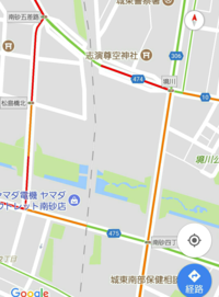 Googleマップで上下線の渋滞指示が分かりません。 以前なら例えば上り下りで左右の黄色、赤色だったのに今日見たら渋滞している道路の真ん中が黄色や赤色でどちらの車線が渋滞しているのか判断出来ず困っております。  これは何か設定が必要なのかそれともこのような表示に変更されたのでしょうか?