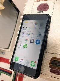 iPhoneについてです。数日前に使っていたiPhone6sが故障し、ドコモのケータイ補償サービスセンターに問い合わせた結果新たな本体が届いたのですが、その本体を起動した後、数時間して画面の右半分が暗く映るよう...